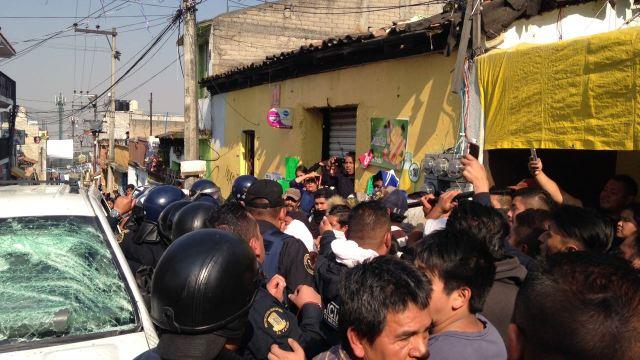 Enfrentamiento entre vecinos y policías en la colonia San Lorenzo Acopilco, en Cuajimalpa