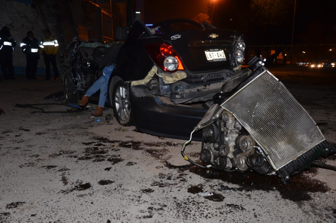 Coche a alta velocidad chocó con camión; una pasajera perdió la vida