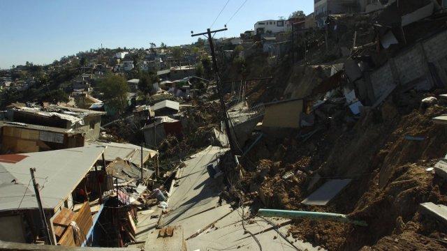 Damnificados por deslizamiento en Tijuana esperan dictamen entre derrumbes y robos