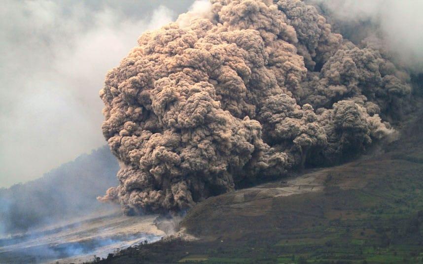 Explota volcán en Indonesia; hay alerta roja en toda la zona