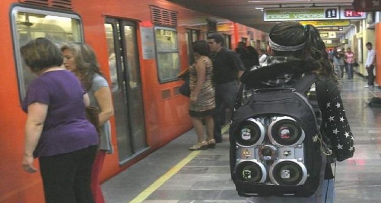 Maestros de UNAM denuncian robo en el Metro... los detienen a ellos