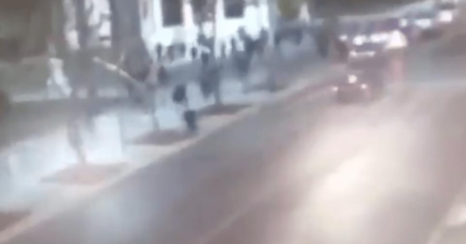 Policías persiguiendo a pie a automovilista en la Alameda