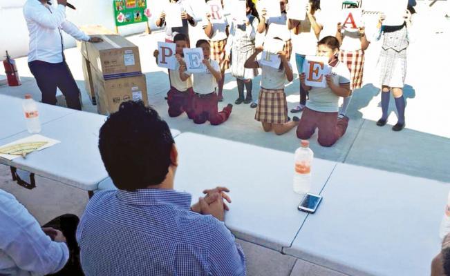 Niños de primaria 'agradecen' arrodillados a diputado de Tabasco