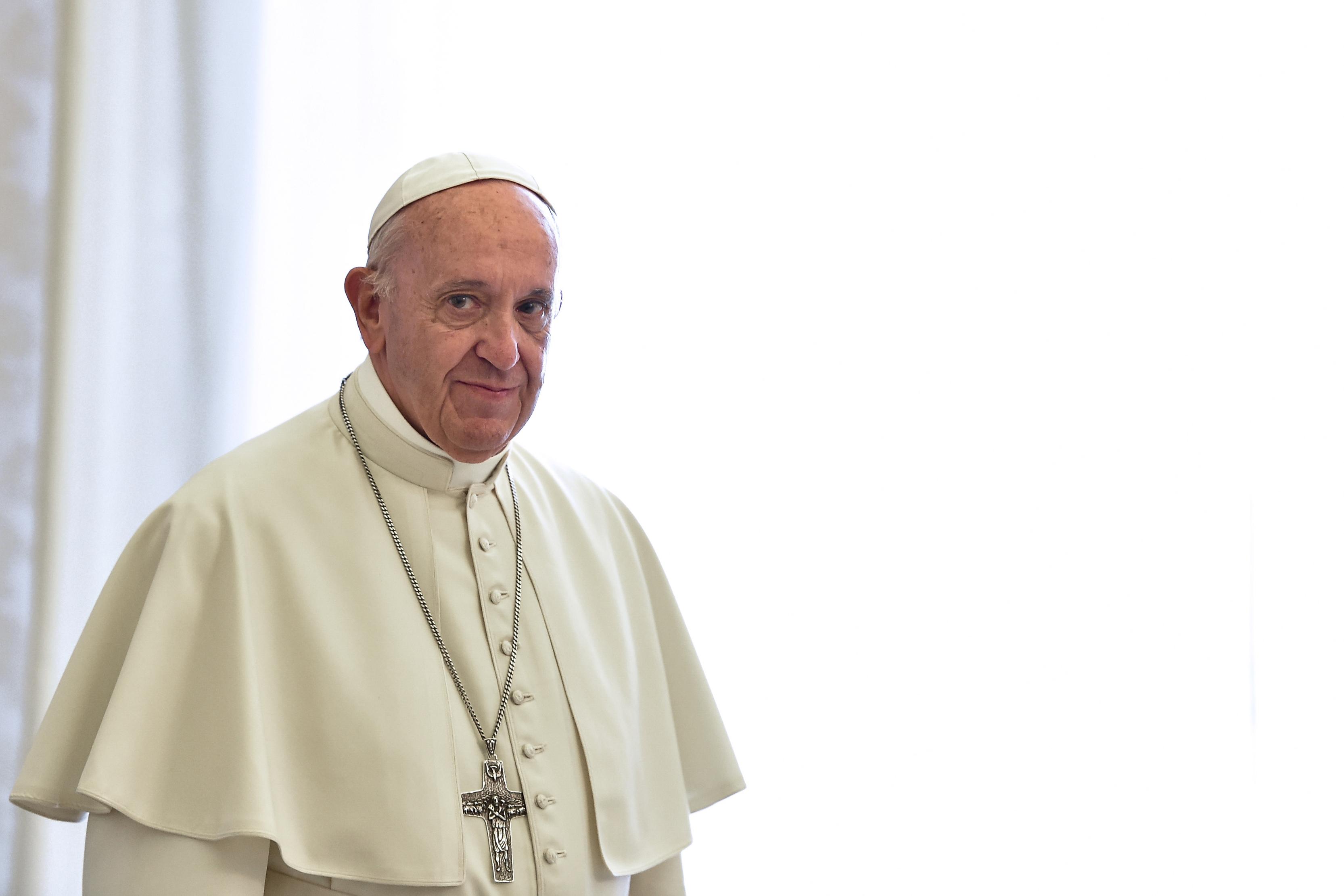 Sacerdote polaco quiere que Francisco muera pronto por aceptar refugiados musulmanes