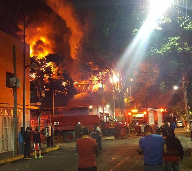 Otro incendio en CDMX: ahora, una fábrica de telas en la Anáhuac