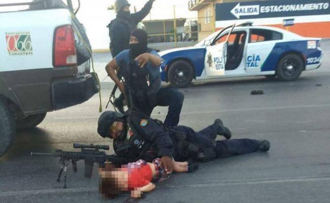 Policía protegen a niño en Nuevo Laredo