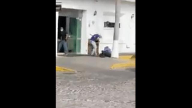 Hombres armados asaltan joyería en Puerto Vallarta [VIDEO]