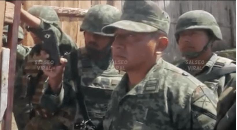 Militares escuchando el discurso de la joven tsotsil