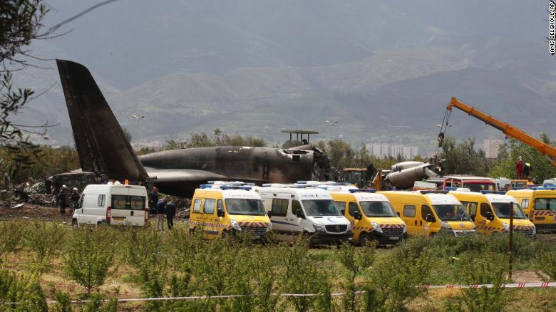 Ambulancias y cuerpos de emergencia atendiendo la zona de impacto