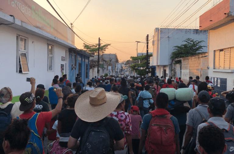 Migrantes entrando a Tapachula, Chiapas, primer paso de su caravana