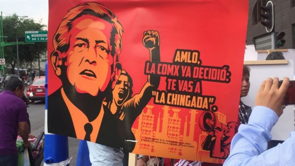 Manifestantes anti AMLO afuera del debate