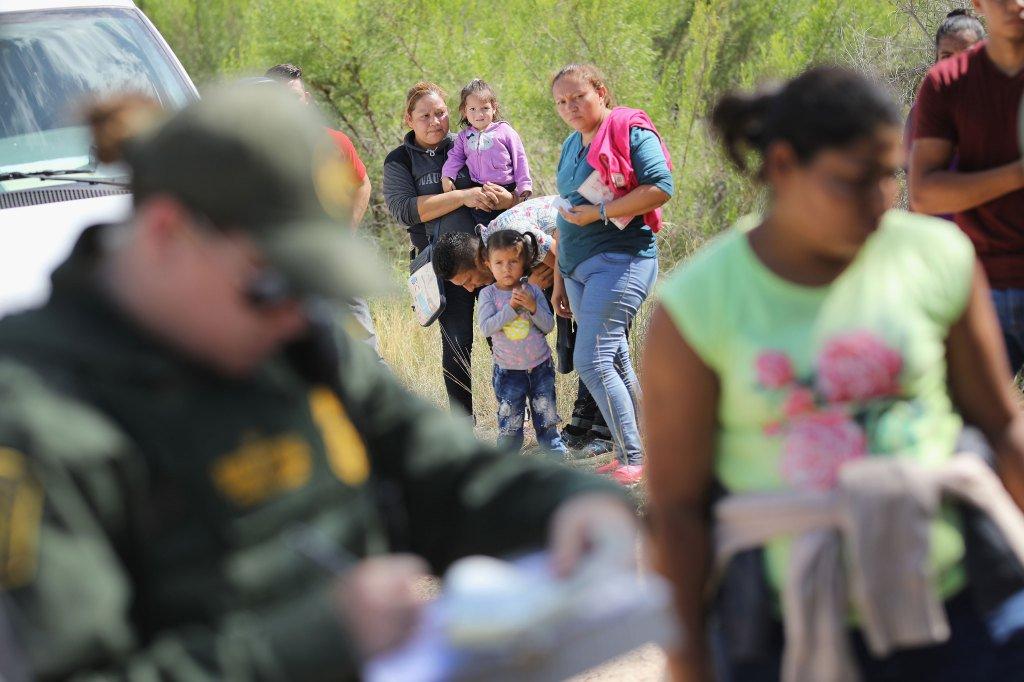 Trump firma orden para familias migrantes