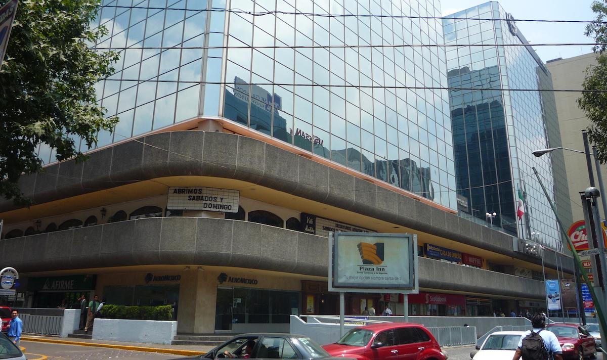 Mujer señala a empleado de banco como ladrón que le bajó 119 mil pesos