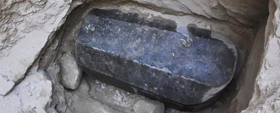 Encuentran sarcófago del tamaño de un refrigerador en Egipto