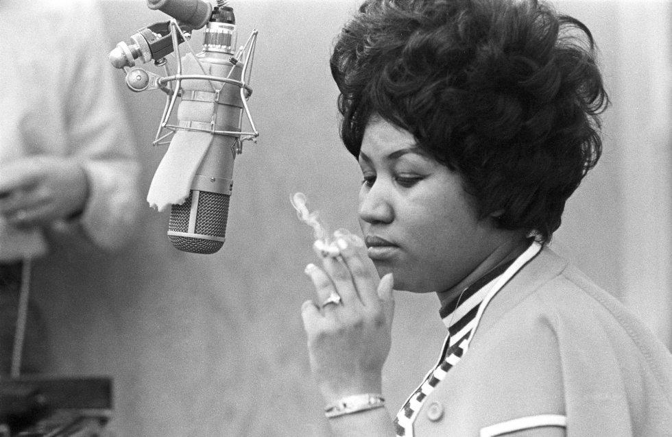 Aretha Franklin fumando un cigarro en el estudio