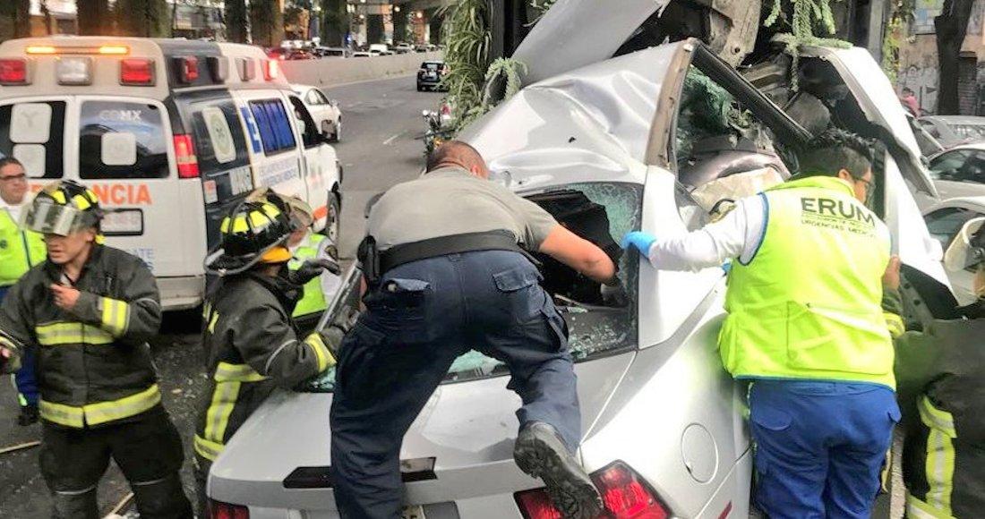 Choca auto con columna del Periférico: dos muertos