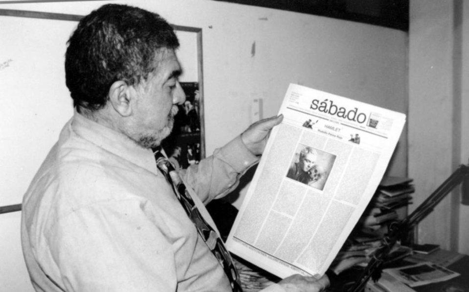 Huberto Batis con el suplemento Sábado