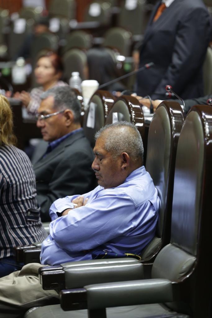 Diputado culpa a la 'marea alcalina' por dormirse en el Congreso