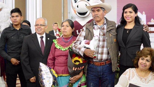 Padres indígenas de recién egresada conmueven al internet