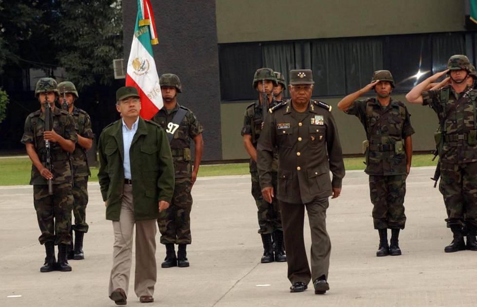 Felipe Calderón usando casaca militar, en 2007
