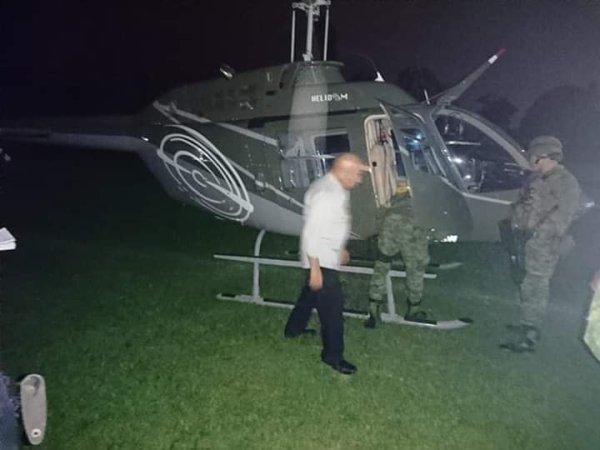 Soldados registrando helicóptero recién aterrizado