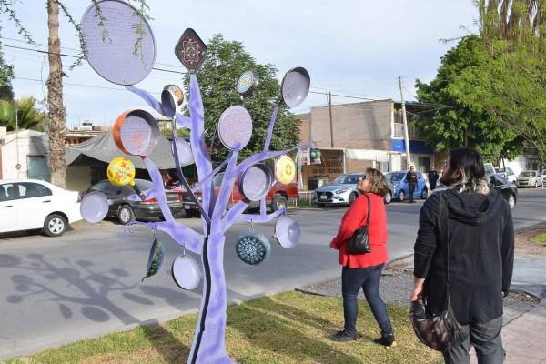 Celebran Día de la Mujer en Torreón con árbol de sartenes