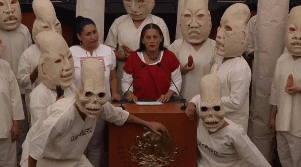 Jesusa Rodríguez presenta ley en Senado con performance