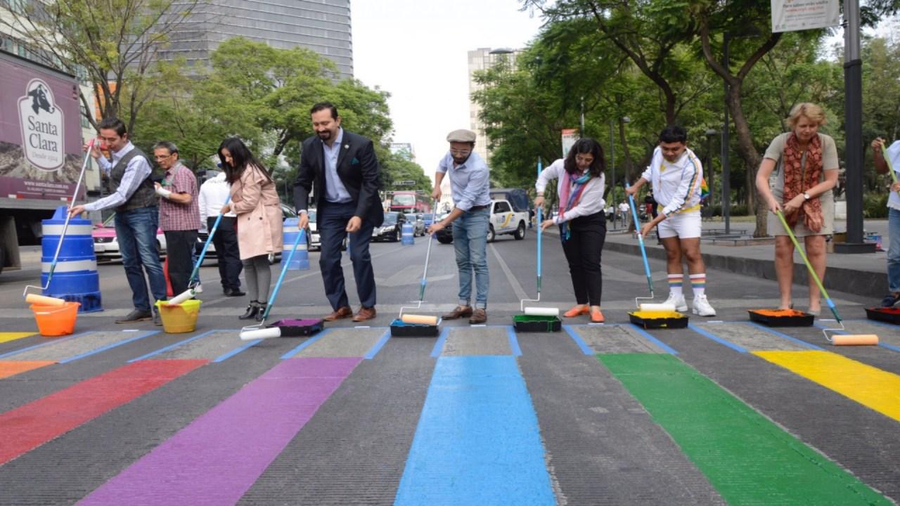 Pintan cruce de CDMX con bandera LGBT para empezar mes del orgullo