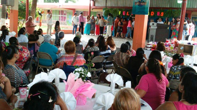 Escuela prohibe entrada a madres a su festival