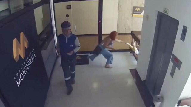 Madre salva a su hijo de caer de un tercer piso