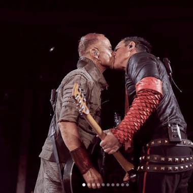 Miembros de Rammstein se besan en escenario ruso