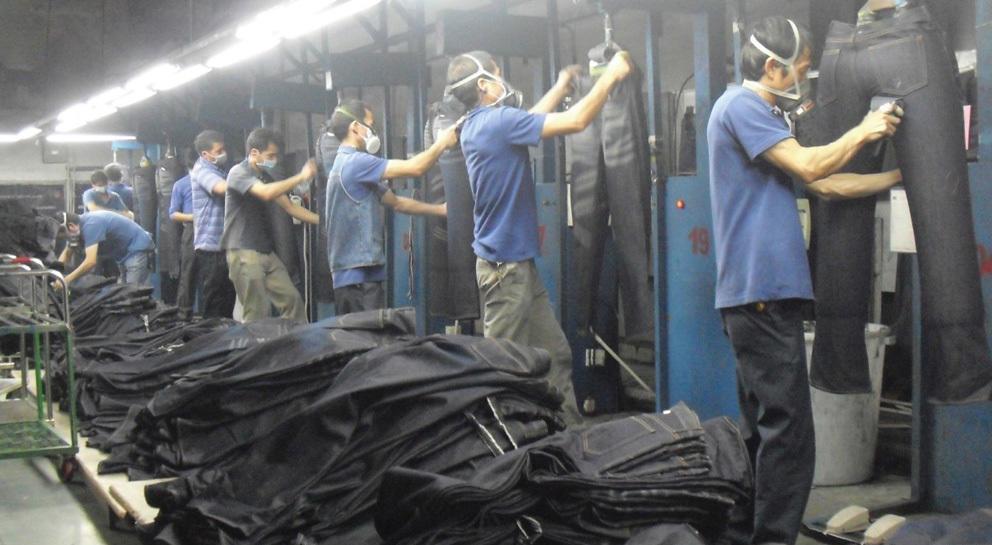 Prohiben pistolas de arena en jeans