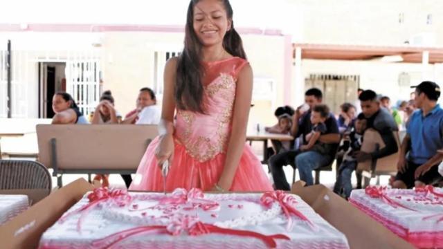 Festejan sus XV a una quinceañera migrante en albergue