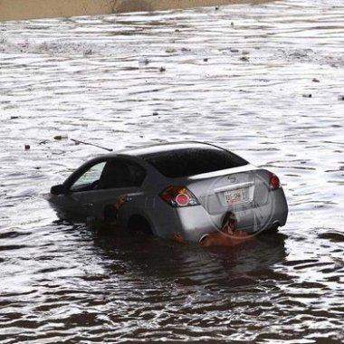 mujer rescatada en paso a desnivel