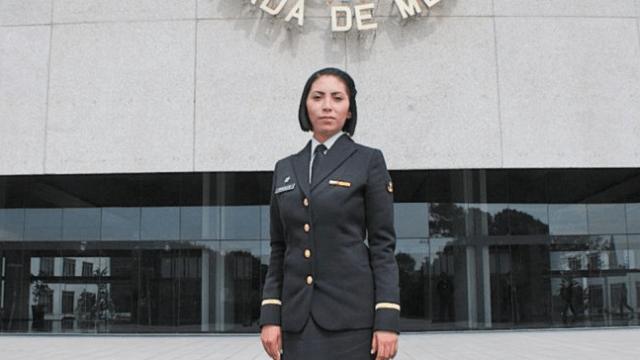 Mujer teniente de la marina estudiará medicina aeroespacial