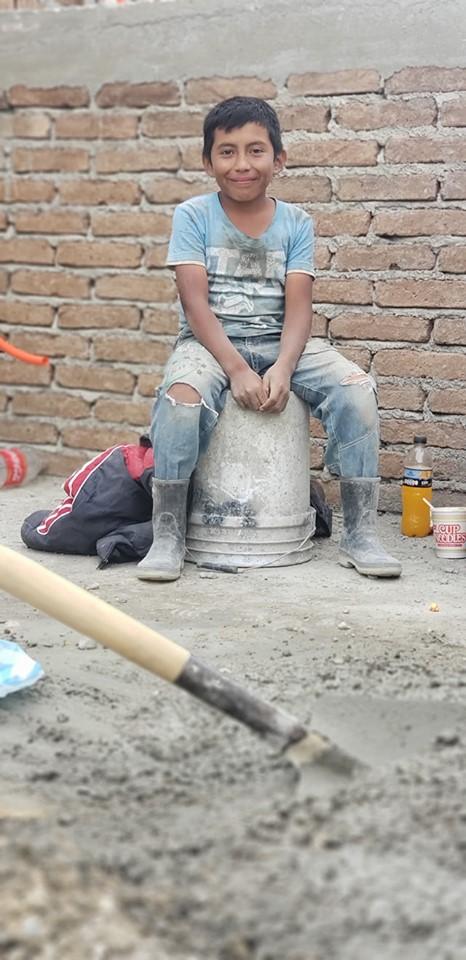 Niño trabaja como albañil durante vacaciones