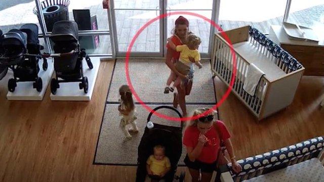 Una mujer robó una carreola , pero olvidó a su hijo en la tienda