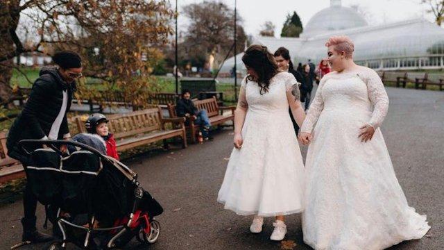 """Niño al ver boda de pareja lésbica: """"dos princesas"""""""