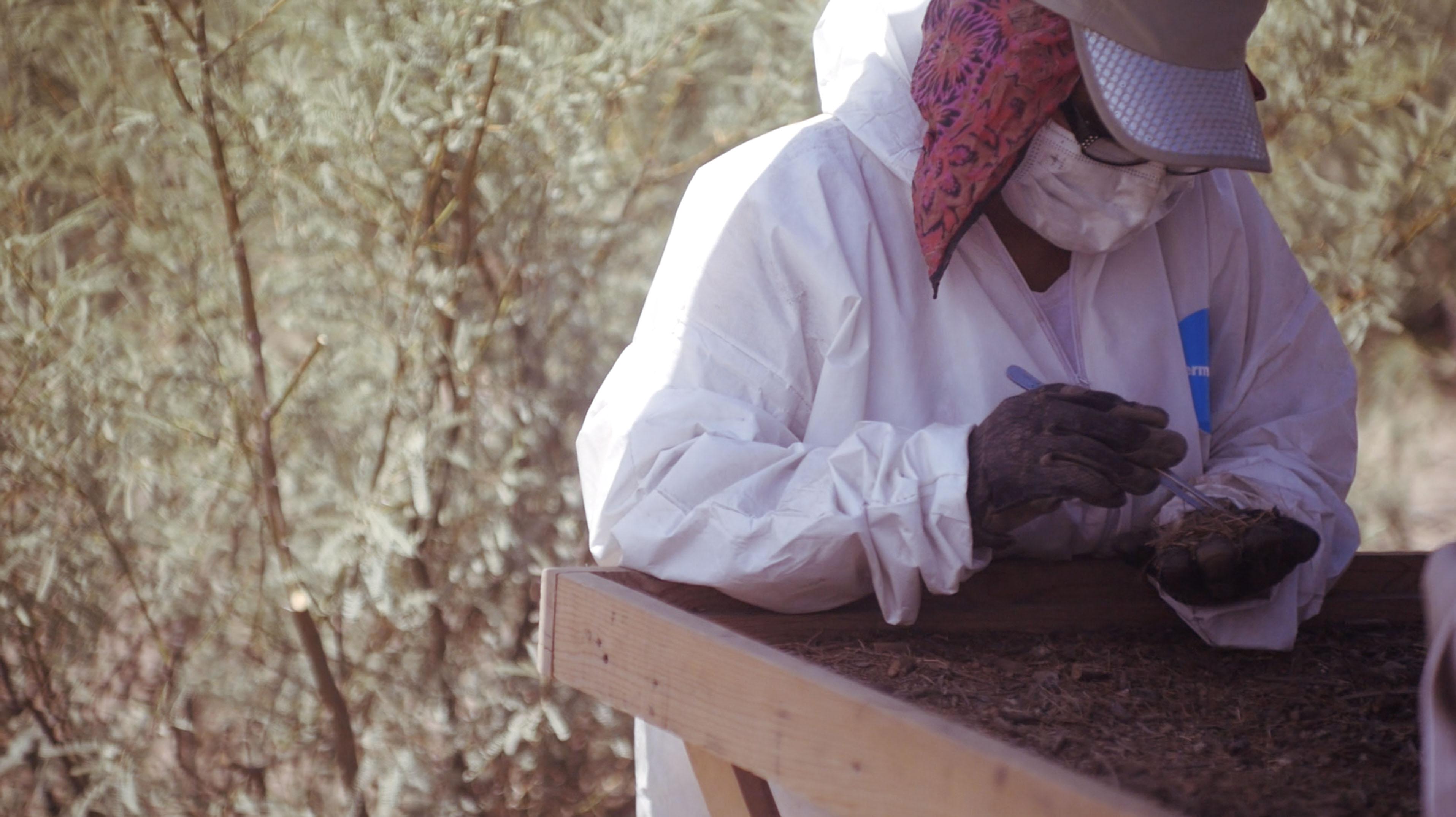 Familiares buscando en 'cocina' del narco en Coahuila (Fotografía: Mónica Vázquez / Plumas Atómicas)