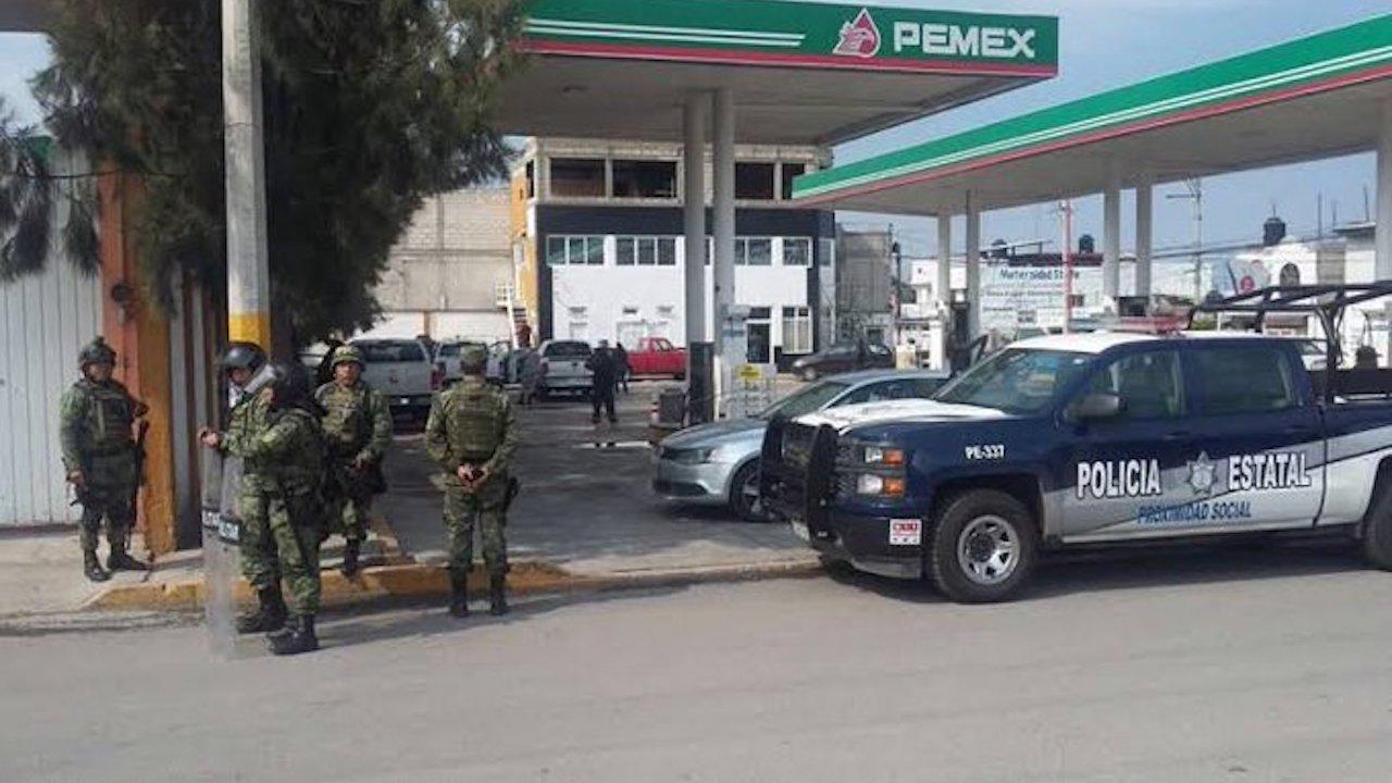 El gobierno cierra gasolineras que no atendieron a militares pues estaban amenzadas el narco en Ciudad Victoria