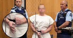Responsable de la masacre en Nueva Zelanda haciendo el signo OK