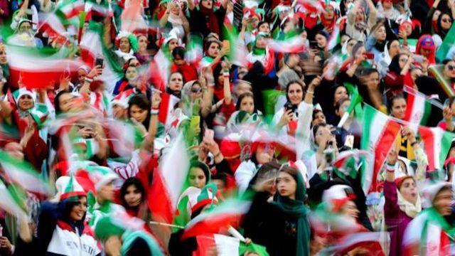 Mujeres pueden entrar a partido de fútbol en Irán
