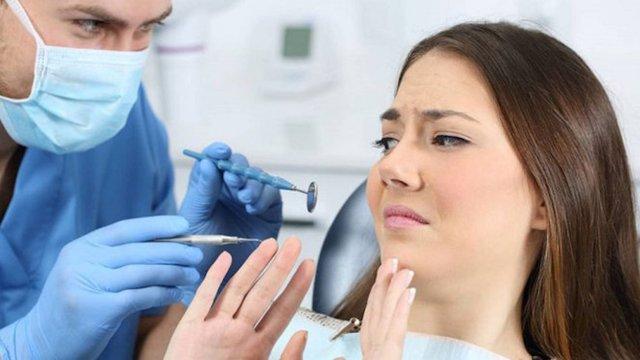 En Londres una mujer muere desangrada después de que le extrajeran los dientes