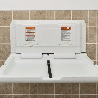 Padre pide cambiadores de pañales en baños de hombres