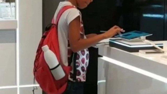 Niño utilizó la tablet de un centro comercial para terminar su tarea