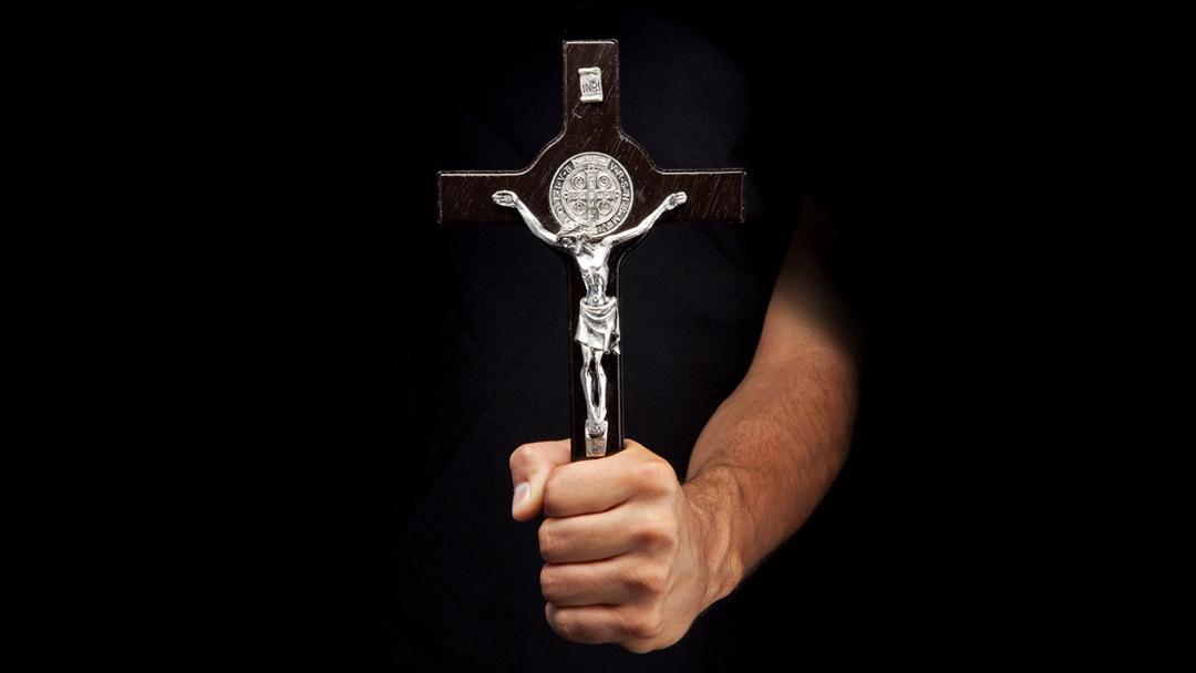 Adolesente Asesino A Sacerdote Con Crucifijo