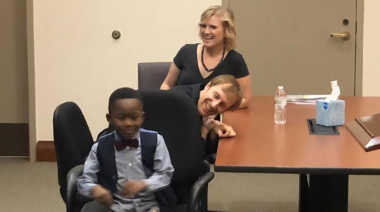 Niño invita a compañeros de escuela a audiencia; iba a ser adoptado.