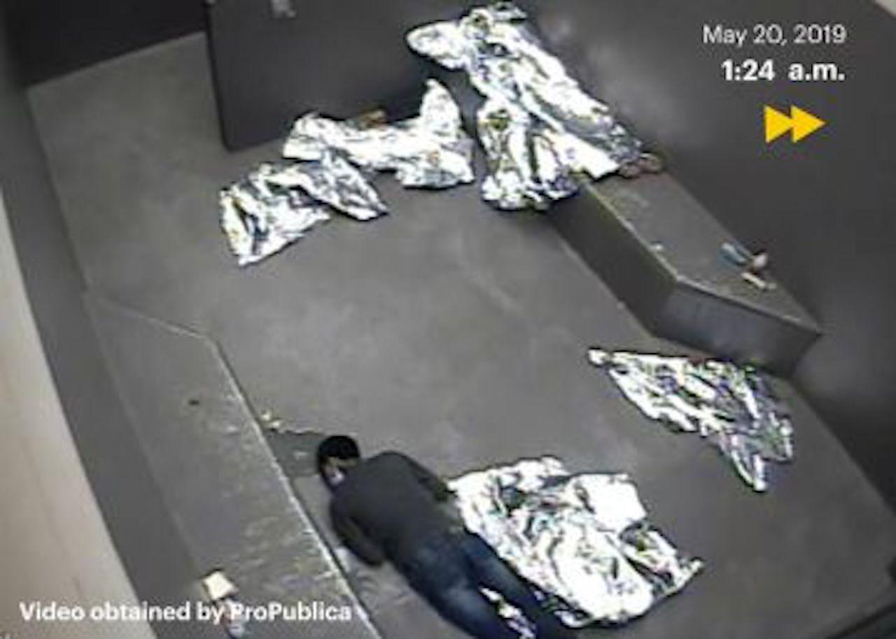 En un video se mostró cómo un niño migrante murió en su celda
