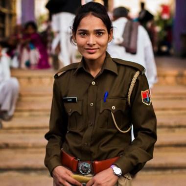 Mujer Policia Arresta A Criminal En la India