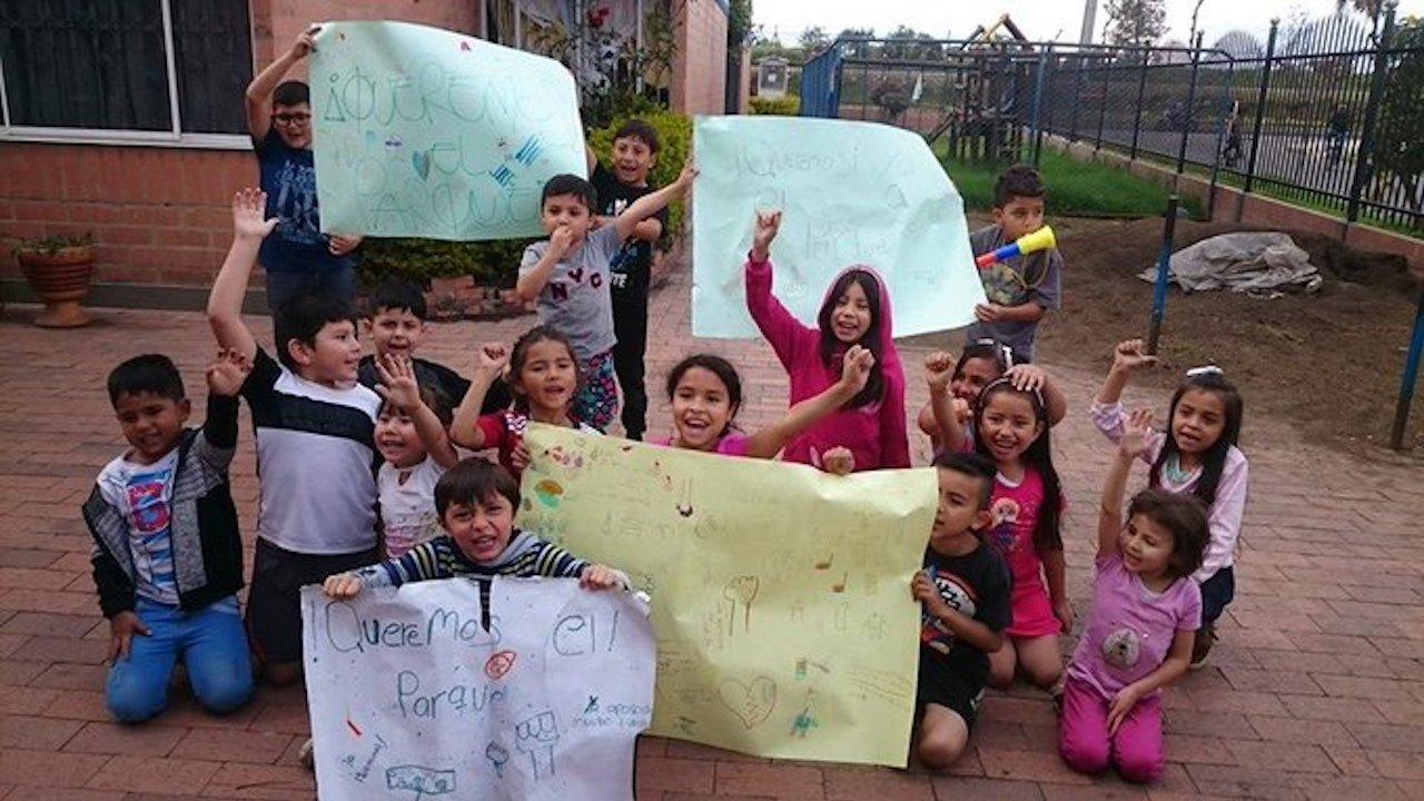 En Colombia niños protestaban por un parque de juegos